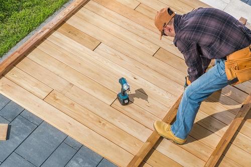 Installer-une-terrasse-en-bois-a-Nice